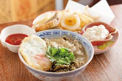 ちょいさぼ / 手前から、肉カレー飯(小450円)、 沖縄フィッシュ&チップス(750円)
