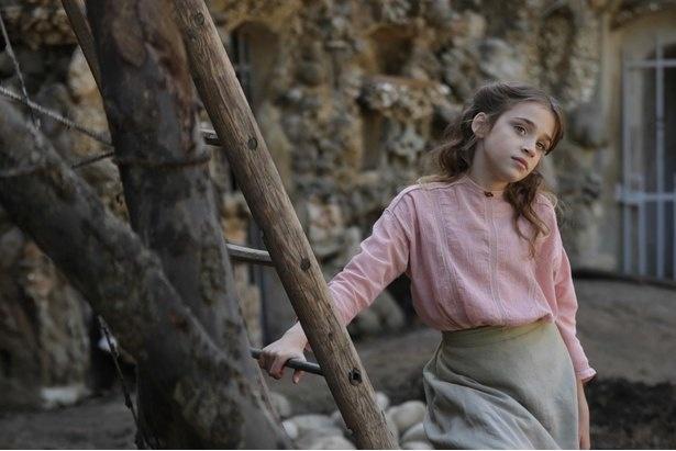 """郵便配達人のシュヴァルは愛娘アリスのために""""おとぎの国の宮殿""""を建てようと決意する(『シュヴァルの理想宮 ある郵便配達員の夢』)"""