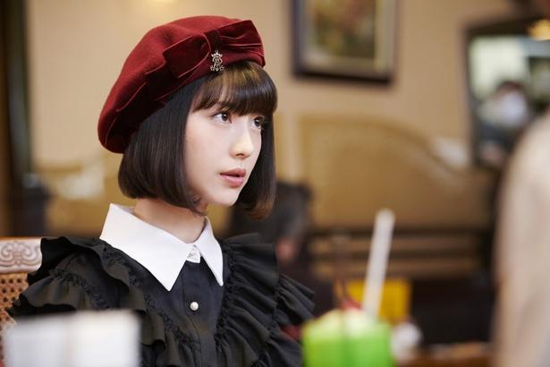 赤いベレー帽と黒いフリルでかわいさ倍増!