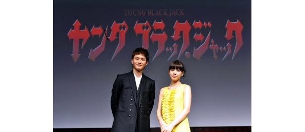 会見に出席した岡田将生と仲里依紗(写真左から)