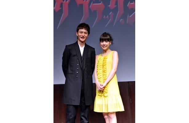 【写真】ブラック・ジャック役を演じる岡田将生と東慶大学病院理事長の娘で医学生役の仲里依紗(写真左から)