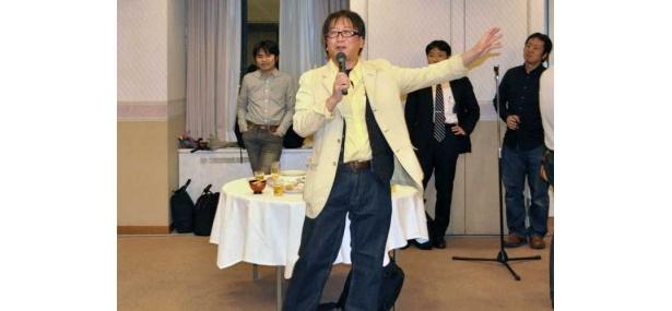 終了後は懇親会が実施され、100名以上が参加。主催者や登壇者もマイクを握り、あいさつや感想を述べた。写真はあいさつする大阪電気通信大学の魚井宏高教授