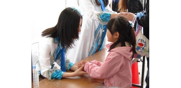笑顔で握手に応じる松井珠理奈