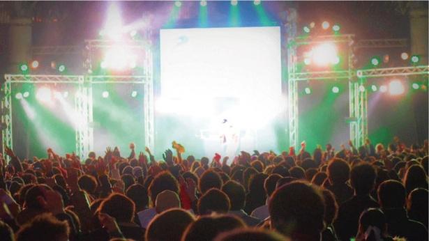 【写真を見る】年越しの瞬間に打ち上がる花火のほか、催しも満載だ / GREENLAND COUNT DOWN PARTY 2020