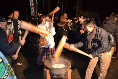 【写真を見る】餅つきや餅まき、甘酒の振る舞いもあり、多くの参拝客でにぎわう / 宇佐神宮 カウントダウンショー&お餅つき
