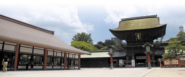 筥崎宮 / 1594に建立された国指定重要文化財の楼門(奥)