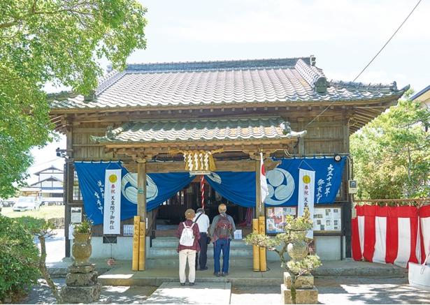 【写真を見る】坂本八幡宮 / 応神天皇を祀る拝殿。境内に社務所も新設