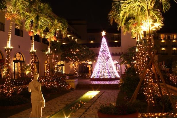 ホテル日航アリビラ-ヨミタンリゾート沖縄-「パティオイルミネーション」。温かなキャンドルカラーで彩られるパティオ(中庭)は夕陽が海に沈む時間から楽しめる