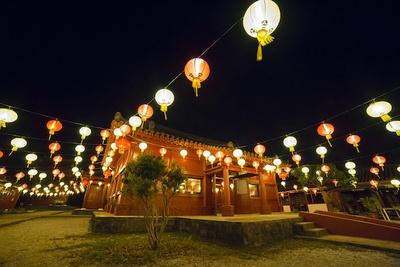 """【写真を見る】体験王国むら咲むら「琉球ランタンフェスティバル2019-2020」。琉球王朝時代の街並みが再現された""""むら咲むら""""が中華ランタン、ランタンオブジェなどで埋め尽される"""