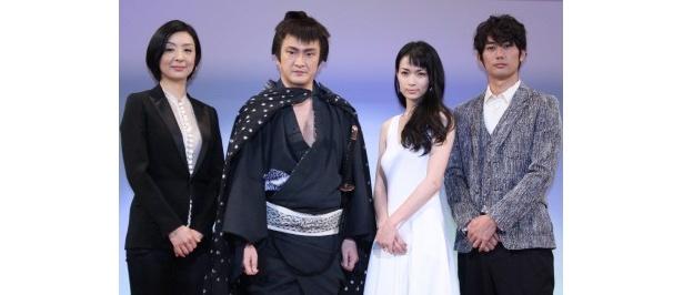 舞台「淋しいのはお前だけじゃない」制作発表に登場した、平岡祐太、長谷川京子、中村獅童、草刈民代(右から)
