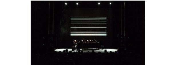 坂本龍一のヨーロッパ6カ国27公演を回るピアノソロツアーのコンサート風景