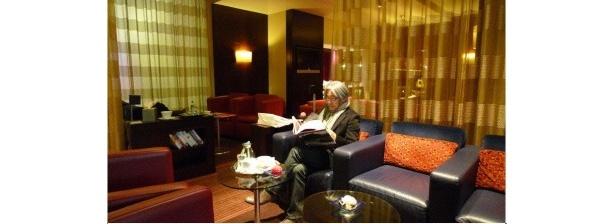 ホテルで休憩をとる坂本龍一
