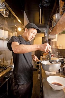 「地雷源」に約8年間勤め、中野にある名店「肉煮干中華そば さいころ」の店長も任されていた店主・榎本直記さん