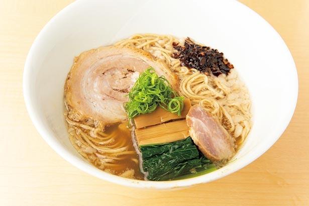 青森県八戸産の青口煮干しにアサリのスープを加えた「醤油そば」(1200円)