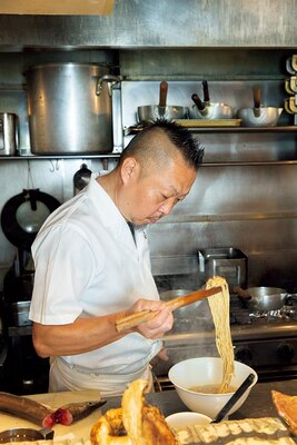 ラーメン店を始める前は和食店やイタリアンで腕を振るい、 名門店の総料理長も 担っていた店主・黒木直人さん