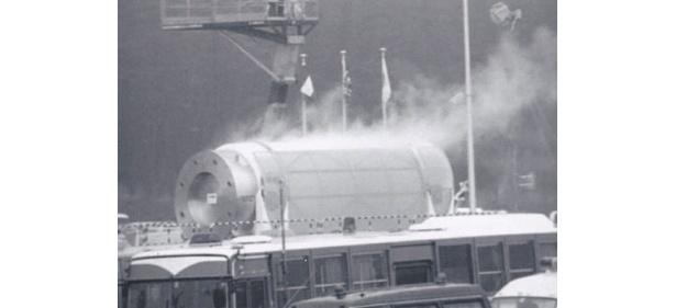 『田神有楽』(02)では、核廃棄物処理施設とその近隣に暮らす一家の姿が描かれる