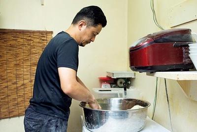 毎日午前と午後の2回手打ちし、一番おいしい状態で提供する店主・大友勝さん