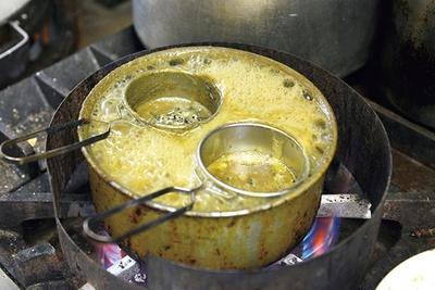 自家製の煮干し粉を茶こしにセットし、1杯ずつ一番ダシを取る