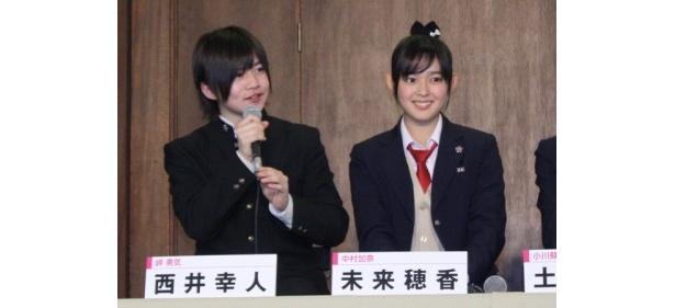 2-Aの生徒(写真左)岬勇気役の西井幸人、(写真右)中村加奈役の未来穂香