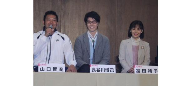 (写真左)体育担当の山崎先生を演じる山口智充