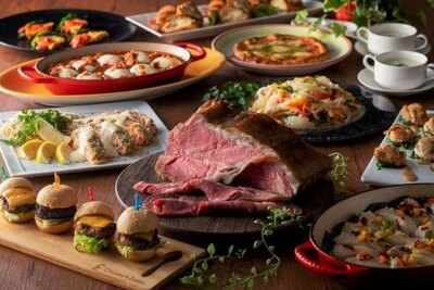 ローストビーフに鉄板実演料理など本格グルメが並ぶ