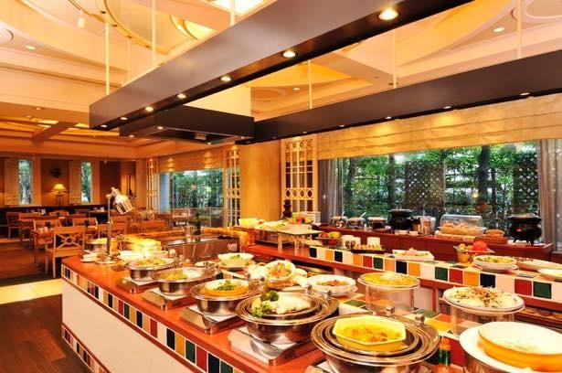 鉄板チーズバーガー(平日ランチ)、帆立貝と青梗菜の鉄板焼き(土日祝)など限定グルメも登場