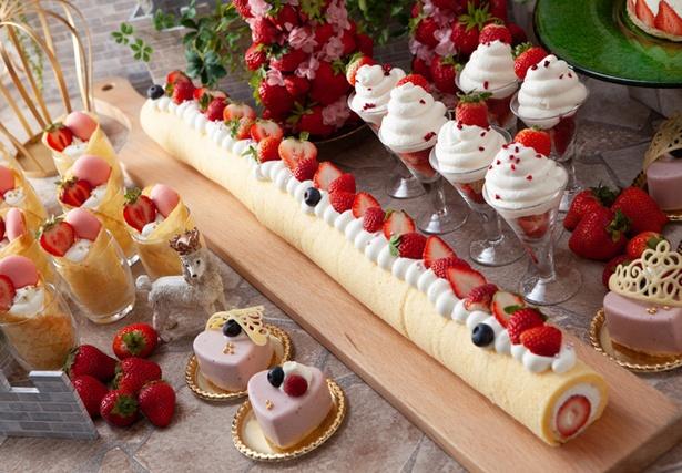 驚き!約2メートルのまるごとあまおうスフレロールケーキ