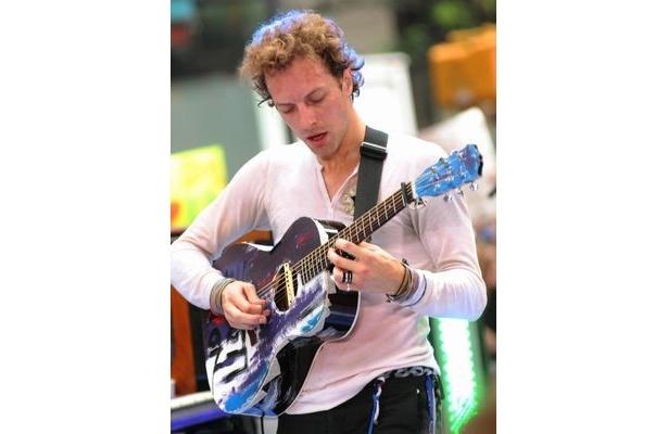 チャリティーオークションにはイギリスのロックバンド、コールドプレイのボーカリストであるクリス・マーティンも出品