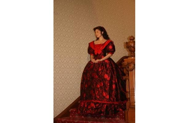 【写真】主人公スカーレット・オハラを演じる米倉は、鮮やかな赤いドレス姿で登場