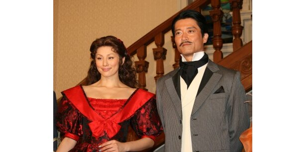 衣装について「ちょっと恥ずかしい」と話す米倉に対し、寺脇は「すごくすてきなスカーレット」だと主張