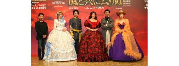 演出の山田和也(写真左)と、出演者たち。およそ半世紀ぶりに、帝国劇場で同作が上演される
