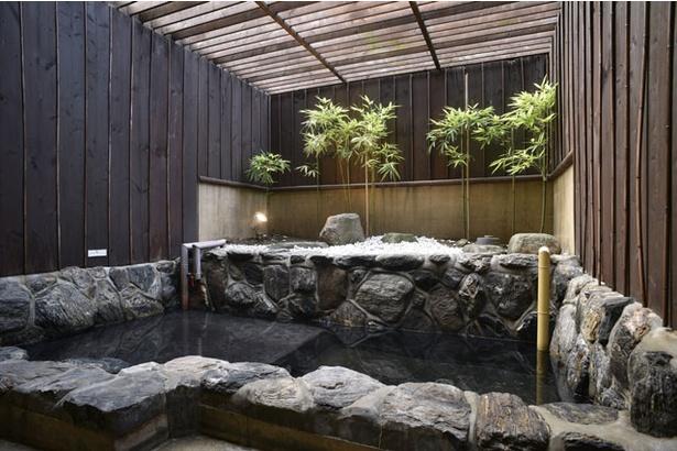 【写真を見る】ゆったりとした時間を過ごすことができる個室付き貸切り湯(別料金) / みなと温泉 波葉の湯