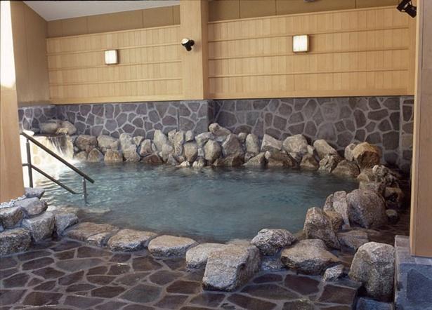 2Fの露天岩風呂。都心にあることを感じさせない広々とした湯舟 / 天然温泉 天神ゆの華