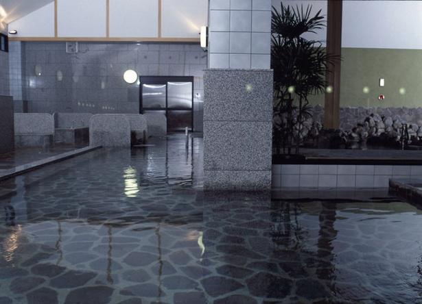 1Fの大浴場。ほかにも露天や壺湯、座湯など多様な湯浴みが楽しめる。ボディケアや食事処も併設 / 天然温泉 天神ゆの華