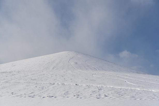 雪に包まれた、モエレ沼公園最大の造形物であるモエレ山。札幌市東区唯一の山であり、地域のランドマークでもある