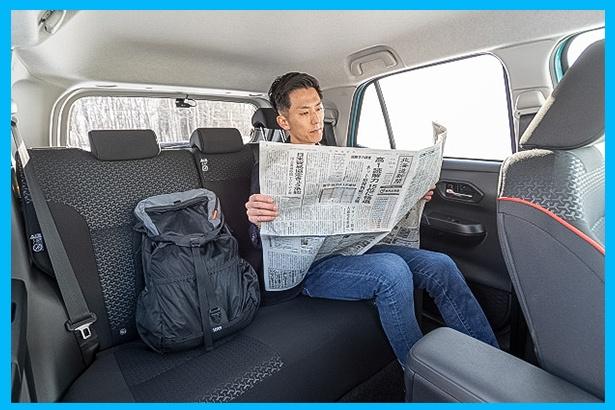新聞を広げてもスペースにかなりの余裕が。「PC操作もストレスなくできますよ」