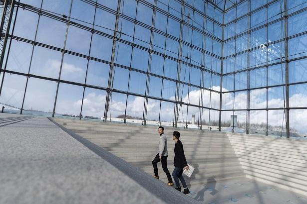 ガラスで構成されたアトリウムは、三角面と四角錐、立方体が組み合わさった複雑な形態