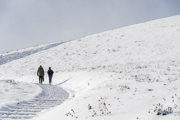 「朝から山登りってそうとうハードだな!」と言いつつ、笑顔で頂上を目指す