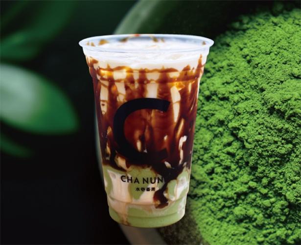 甘さ控えめの抹茶を使用したプリンを使用。少し甘くてほろ苦い大人な風味が特徴の「抹茶プリッチ黒糖ラテ」(600円)