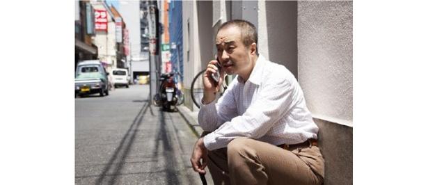 松尾スズキが電話していたのはJRの駅のすぐそば