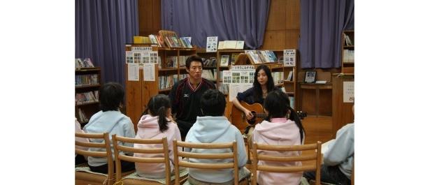 子供たちにオリジナル曲「チムグクル」を披露する植村花菜