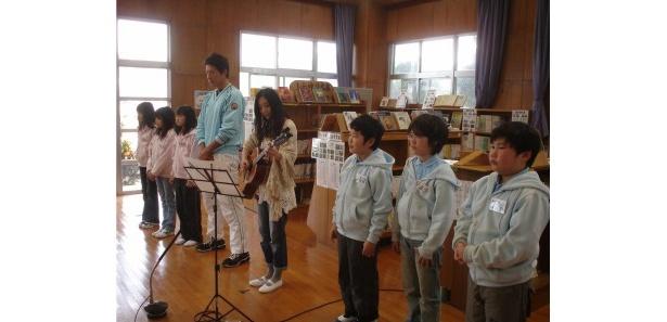 完成したばかりの母への感謝の歌「チムグクル」を子供たちと共に熱唱
