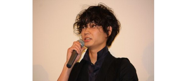 謎の集団のリーダー役の綾野剛