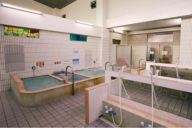 場内には低温湯、座風呂、電気風呂、ミクロンバイブラ(気泡風呂)、パワージェットに区切られた小さな浴槽に分かれている
