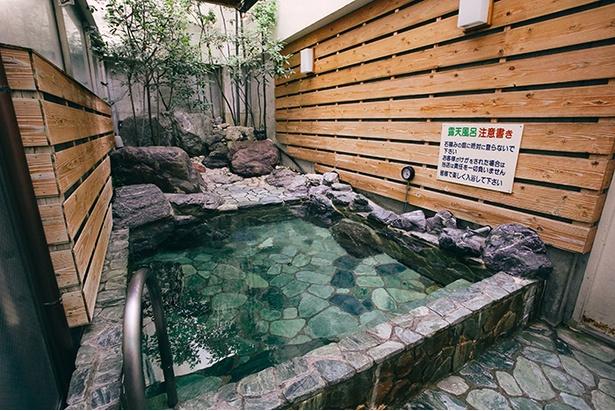 浴場の奥には露天風呂も備える。情緒深い箱庭を眺めながら、のんびりと湯浴みを楽しめる。箱庭は立入禁止