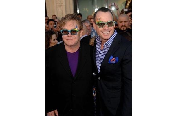 エルトン・ジョンはデビッド・ファーニッシュ(右)と事実上の同性婚をしている