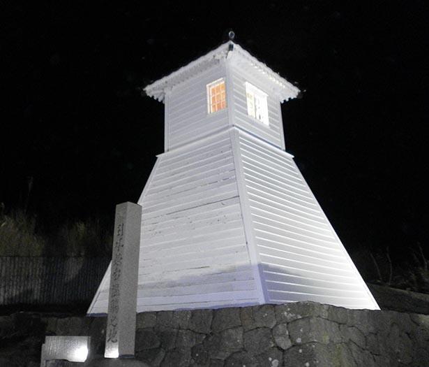 暗闇に浮かび上がる旧福浦灯台は必見