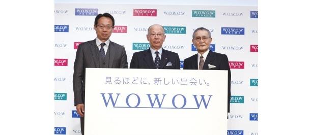 記者会見に登壇した、株式会社WOWOW代表取締役社長の和崎信哉氏(写真中央)、ゲストの岡田武史氏(同左)、石橋冠氏(同右)