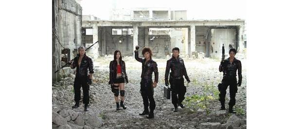 松岡充演じる大道克己(中)が率いるNEVER。死者に肉体改造をほどこした不死身の戦闘集団だ