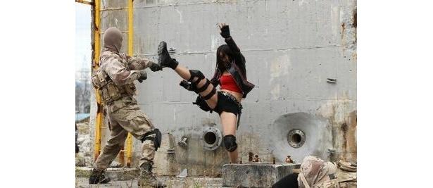 羽原レイカは蹴り技を得意とする戦闘のプロ。八代は撮影前にあらためて監督からアクションの集中指導を受けたという